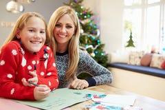 Moder- och dotterhandstilbokstav till Santa Together Arkivfoton