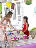 Moder- och dotterinställningstabell för födelsedagparti royaltyfri foto