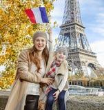 Moder- och dotterresningen sjunker, medan sitta på balustraden, Paris Arkivfoto