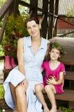 Moder- och dottersammanträde på trappuppgång Arkivfoton