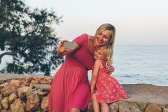 Moder- och dotterselfie Royaltyfri Bild