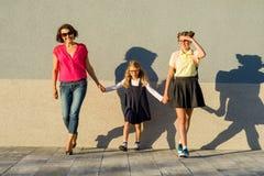 Moder- och dotterstudent som går till skolan tillbaka skola till Arkivfoton