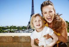 Moder- och dotterturister som har rolig tid i Paris, Frankrike Arkivbild