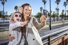 Moder- och dotterturister som tar fotoet med den digitala kameran Royaltyfri Fotografi