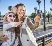 Moder- och dotterturister som tar fotoet med den digitala kameran Royaltyfria Foton