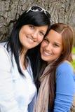 Moder- och dotterutgifter time tillsammans parken Royaltyfri Foto