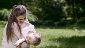 Moder- och dotterutgifterfritid tillsammans i natur lager videofilmer
