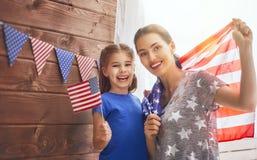 Moder och flicka med amerikanska flaggan Arkivfoto