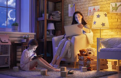 Moder och hennes dotter med bärbara datorn Royaltyfria Bilder