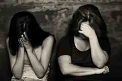 Moder och hennes gråt för tonårs- dotter arkivfoto