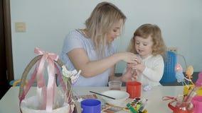 Moder och hennes lilla ägg för dottermålningpåsk