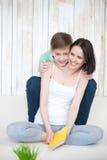 Moder och hennes vuxna son tillsammans Arkivfoto