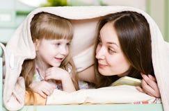 Moder och liten flicka som har tid tillsammans Arkivbild