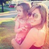 Moder och liten flicka utomhus Arkivbild