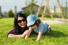 Moder- och litet barnson som har gyckel Arkivbild