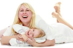 Moder och litet krama för dotter Arkivbild