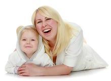 Moder och litet krama för dotter Royaltyfri Foto