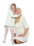 Moder och litet krama för dotter Arkivfoto