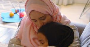Moder och omfamna sig i vardagsrum 4k lager videofilmer