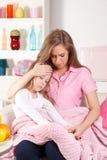 Moder och sjukt barn Royaltyfria Bilder