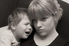 Moder och skriande barn Arkivbild
