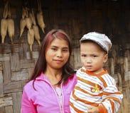 Moder och sol i den burmese byn, Burma Royaltyfri Fotografi