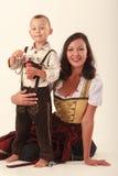 Moder och son i bayersk dräkt Arkivfoton
