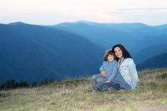 Moder och son i bergen Arkivfoton