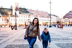 Moder och son i en stad Royaltyfria Bilder