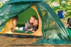 Moder och son i ett tält Royaltyfri Fotografi