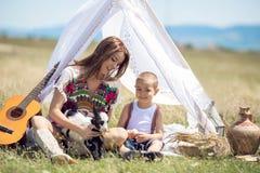 Moder och son i fält Arkivbilder