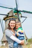 Moder och son i Holland arkivfoto