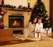 Moder och son i jul dekorerat hus Royaltyfri Foto