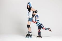 Moder och son i rullskridskor royaltyfri foto