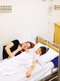 Moder och son i sjukhus Royaltyfria Foton