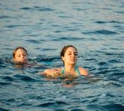 Moder och son i vattnet Royaltyfria Foton