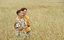 Moder och son med tummar upp royaltyfri fotografi