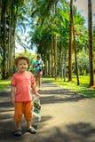 Moder och son på botaniska trädgården arkivbilder