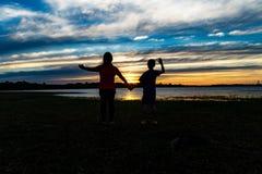 Moder och son på floden royaltyfri foto