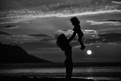 Moder och son på strand Arkivbilder