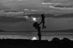 Moder och son på strand Royaltyfri Fotografi