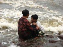 Moder och son på strand Royaltyfri Foto