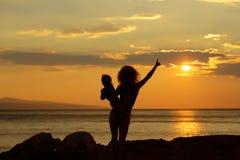 Moder och son på strand Fotografering för Bildbyråer