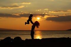 Moder och son på strand Arkivfoto