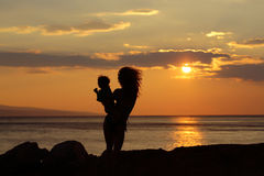 Moder och son på strand Arkivfoton