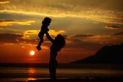 Moder och son på strand Royaltyfria Bilder