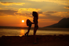 Moder och son på strand Royaltyfri Bild