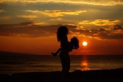 Moder och son på strand Royaltyfria Foton