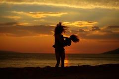Moder och son på strand Arkivbild