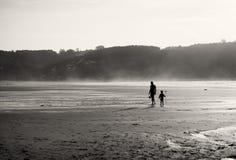 Moder och son på stranden Royaltyfri Foto